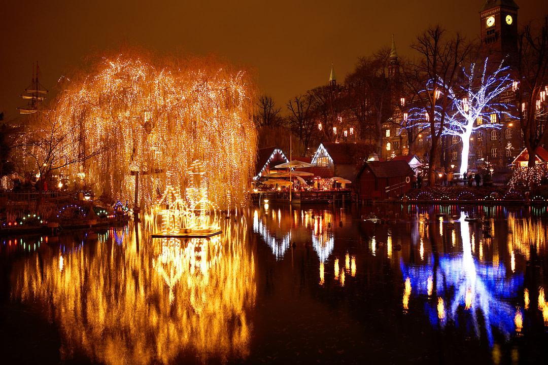 Weihnachtsmarkt im Tivoli Vergnügungspark mit vielen Lichtern