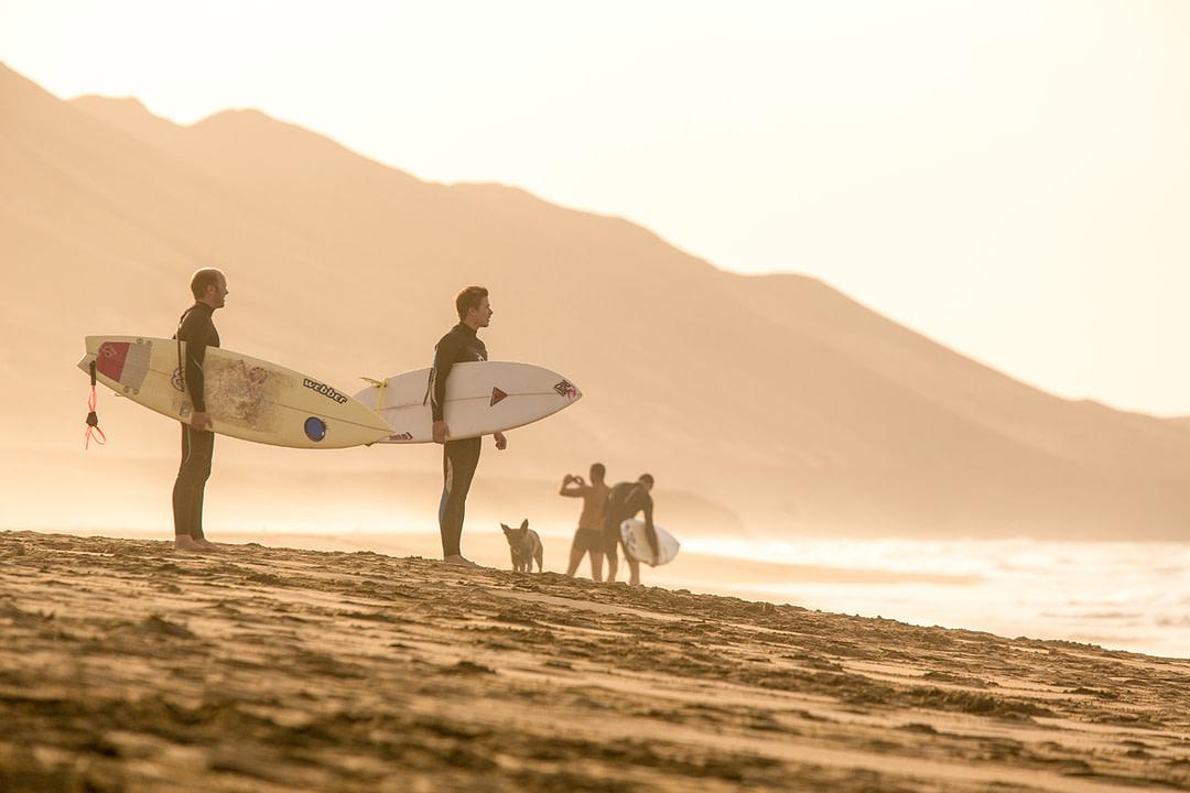 Surfer am Strand von Fuerteventura