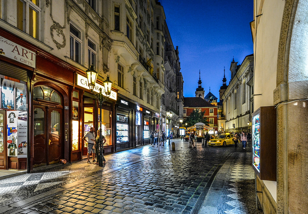 Gasse in Prag bei Nacht