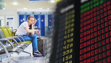 Mädchen wartet am Flughafen