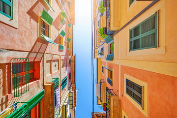 Blick in den Himmel in Häuserschlucht in Palma de Mallorca