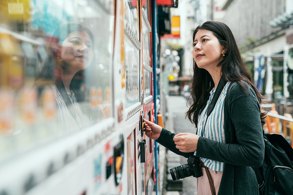 Tokyo vending maschine woman