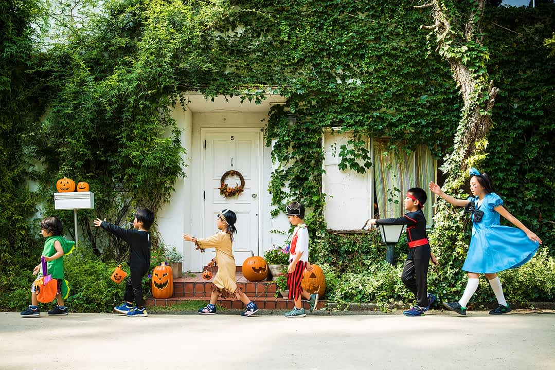 Kinder spielen verkleidet an Halloween