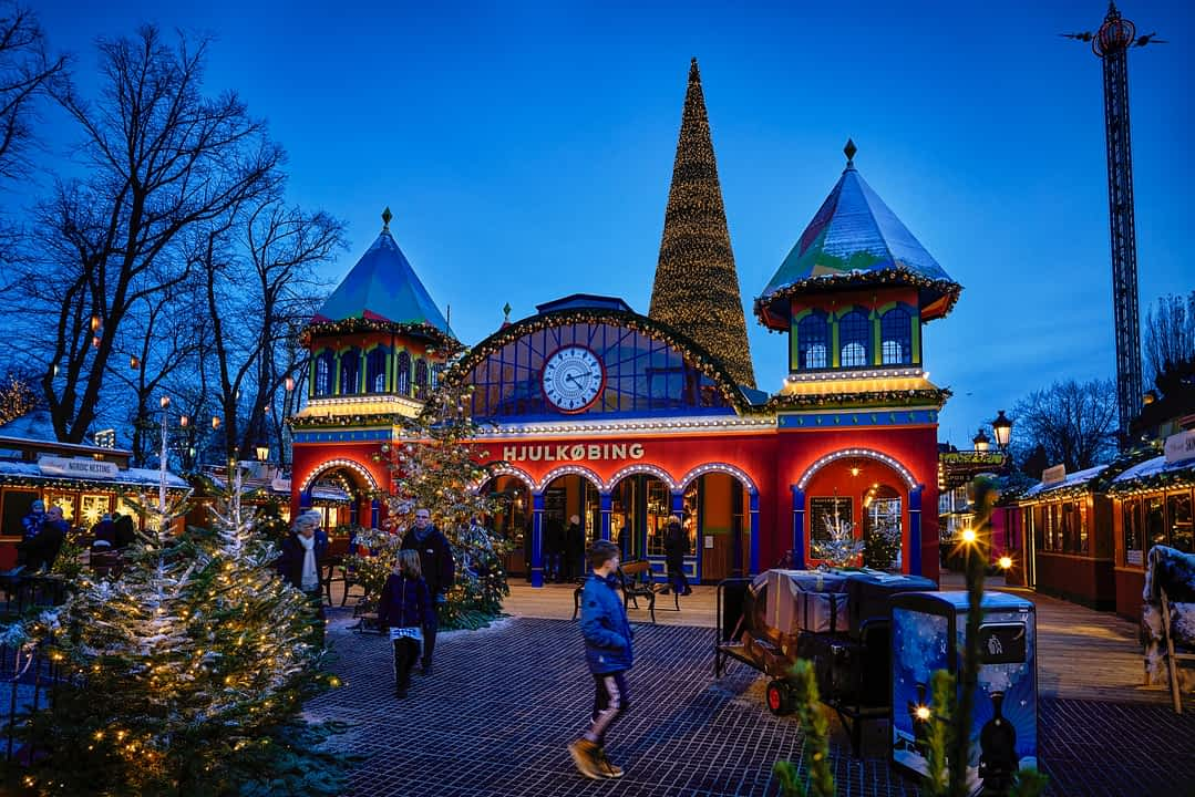 weihnachtlich geschmücktes Hjulkøbing Bahnhofsgebäude