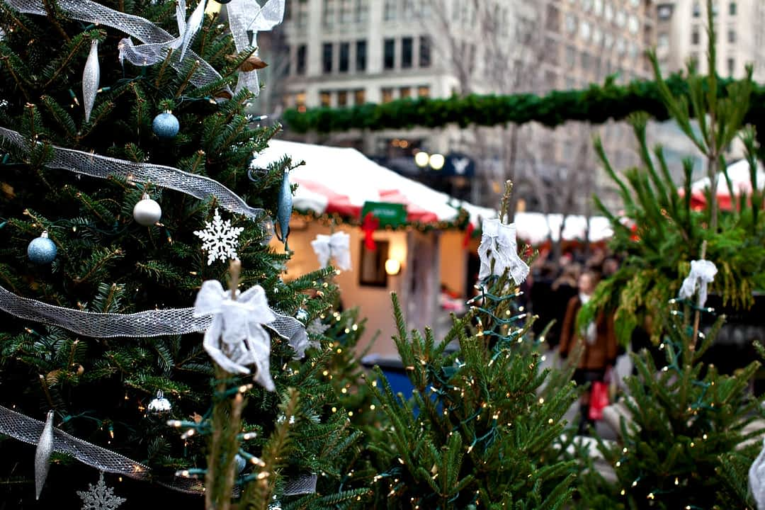 Tannenbäume auf einem Weihnachtsmarkt in New York