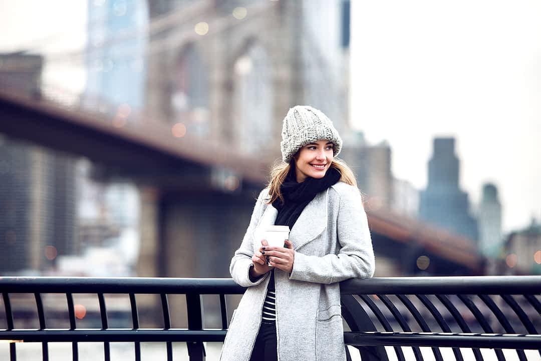 An der Brooklyn Bridge einen Kaffee geniessen