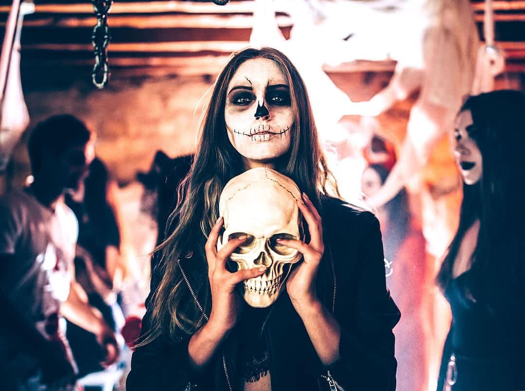 Dame als Skelett bemalt