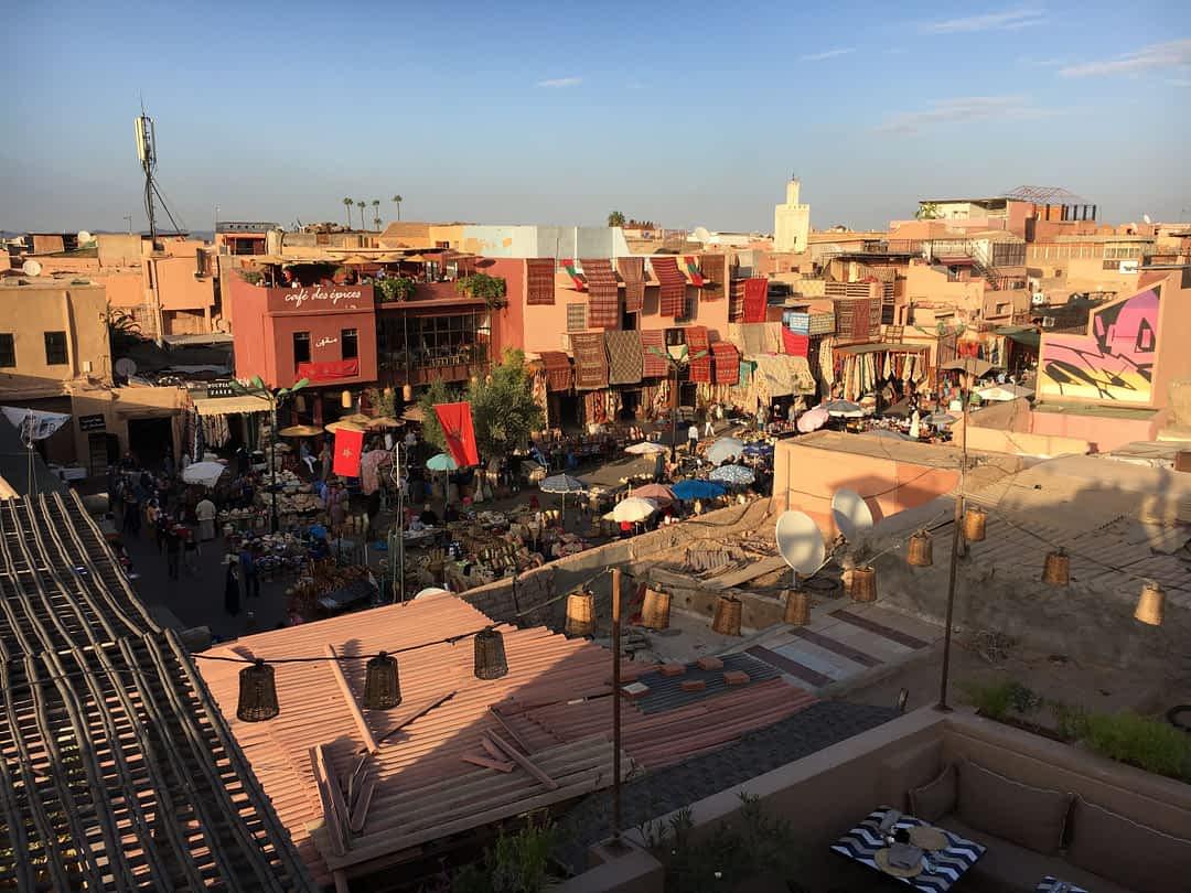 Panorame auf einen Markt in Marrakesch