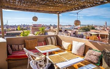 Blick von einer Rooftop Bar auf Marrakesch und das alte Medina