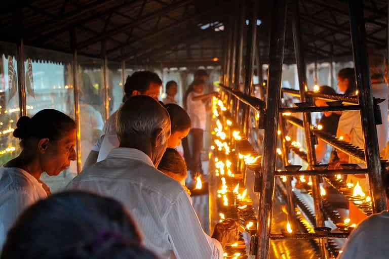 Pilger vor Zahntempel Kandy