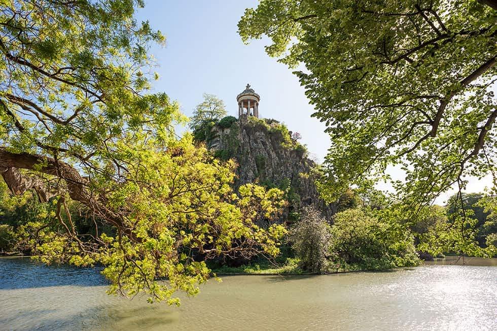 Park Buttes Chaumont im Norden von Paris. Ideal zum Joggen