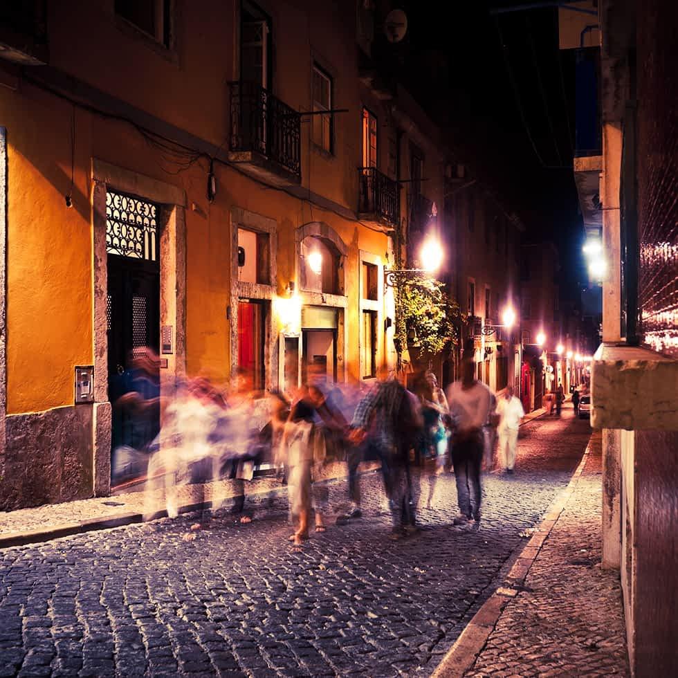 Fröhliche Menschen in kleinen Gasse bei Nacht