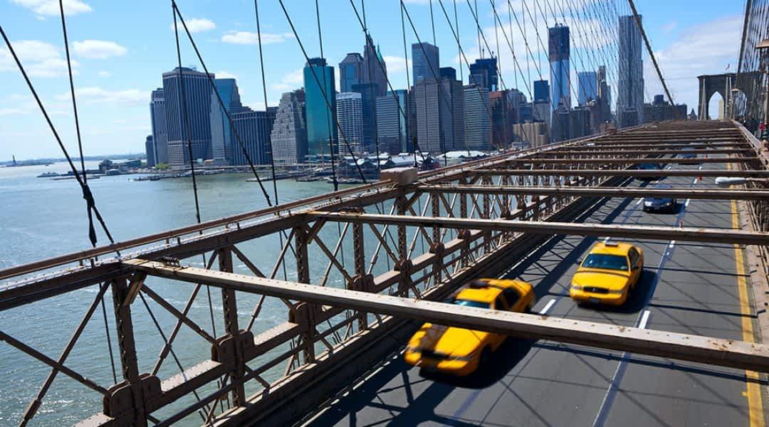 Taxis fahren über die Brooklyn Bridge