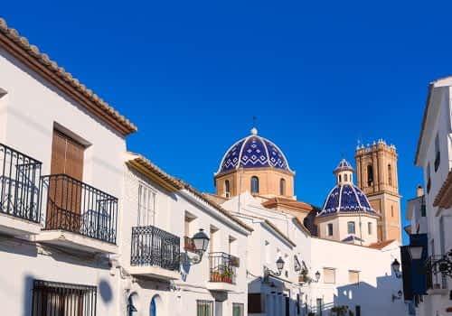Typische weiße Häuser und blaue Kuppeln der Kirche Parroquia De Nuestra in Altea