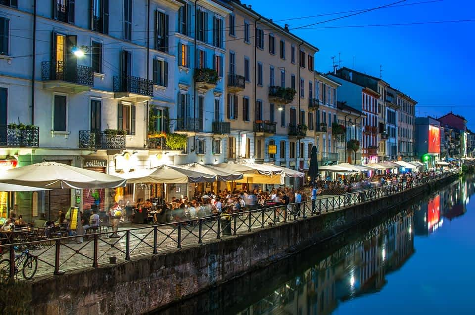 Naviglio Nachtleben mit Restaurants und Bars in Mailand