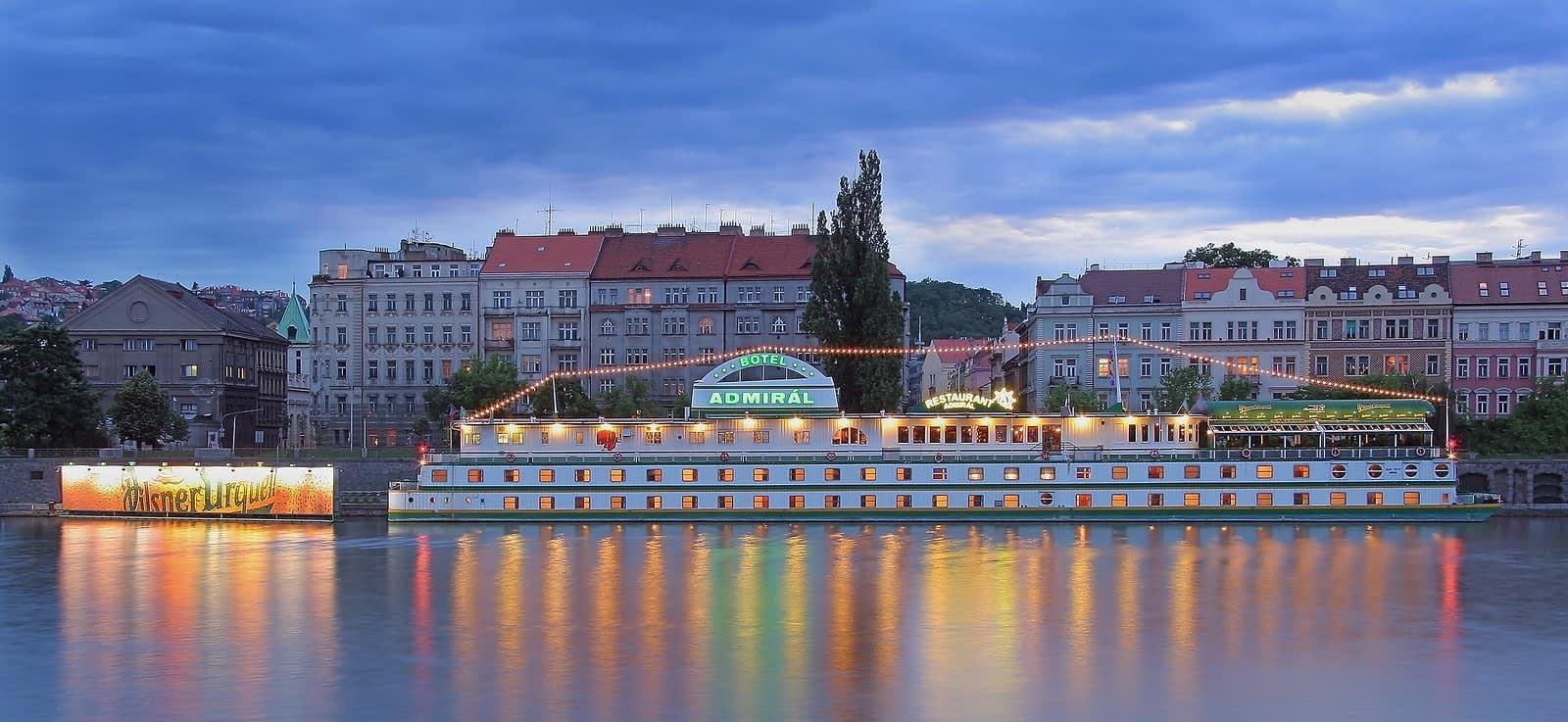 Botel beleuchtet bei Nacht in Prag