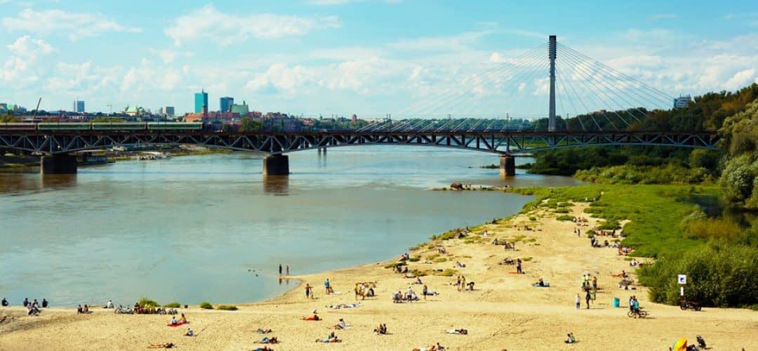 Leute an Uferstrand in Warschau