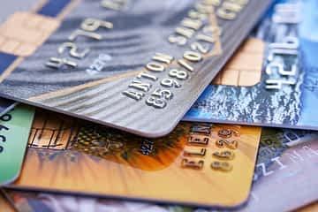 Stapel von Kreditkarten. Infoartikel zum Zahlen im Ausland