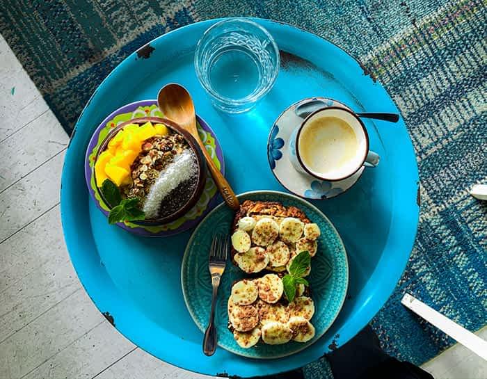 Açaí Bowl und Bananenbrot mit Peanut Butter