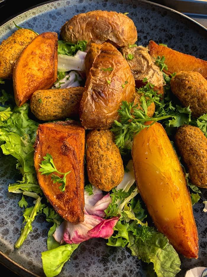 Linsenröllchen mit Kartoffelspalten