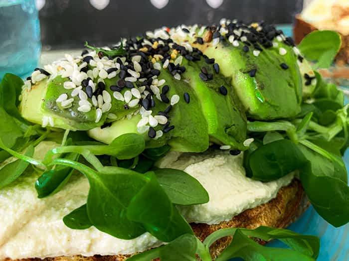 Avocadobrot kommt auf Hummus daher