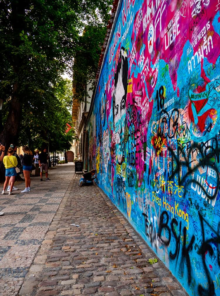 """Schlange stehen"" an der John Lennon Wall"
